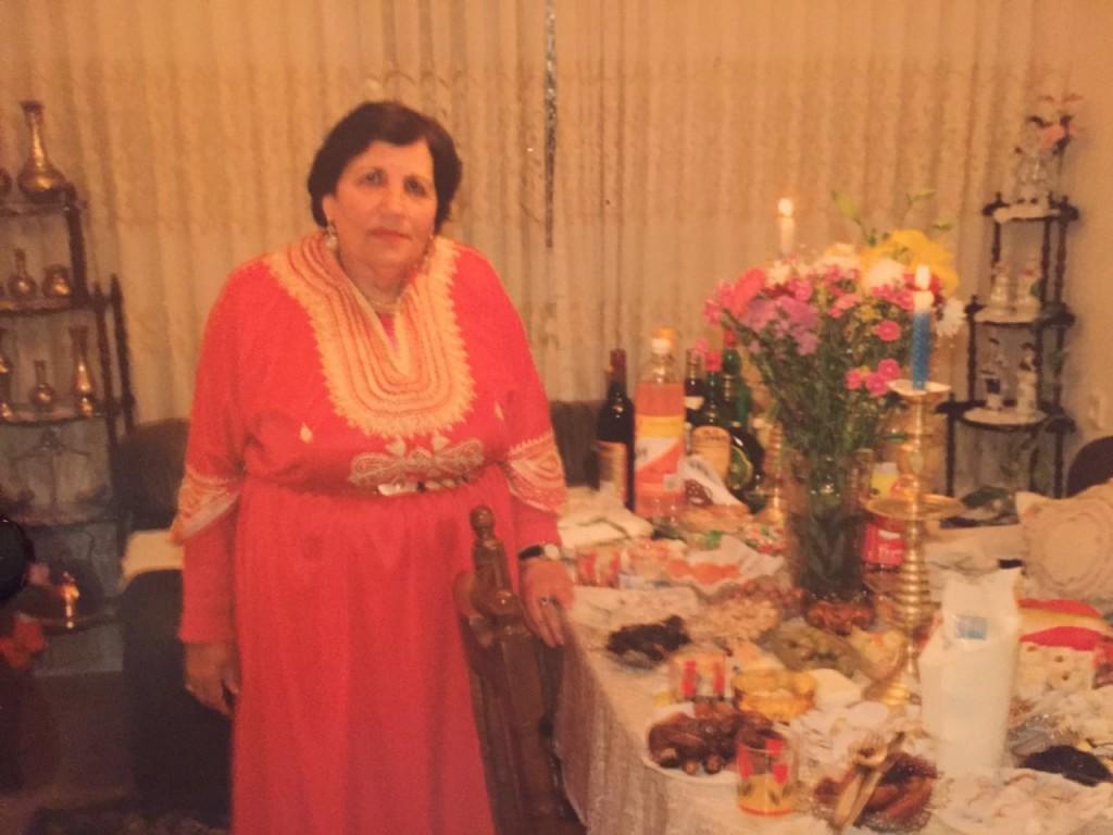 אמי לצד שולחן המימונה - ה-כ-ל מעשה ידיה!