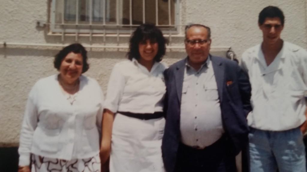 """עם אבי ז""""ל, אמי ז""""ל ואריאל - בעלי. מי היה מאמין שמדייט ראשון שכזה תצא חתונה?"""